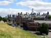 Pohled z městských hradeb směrem ke Guildhall, nalevo katedrála York Minster