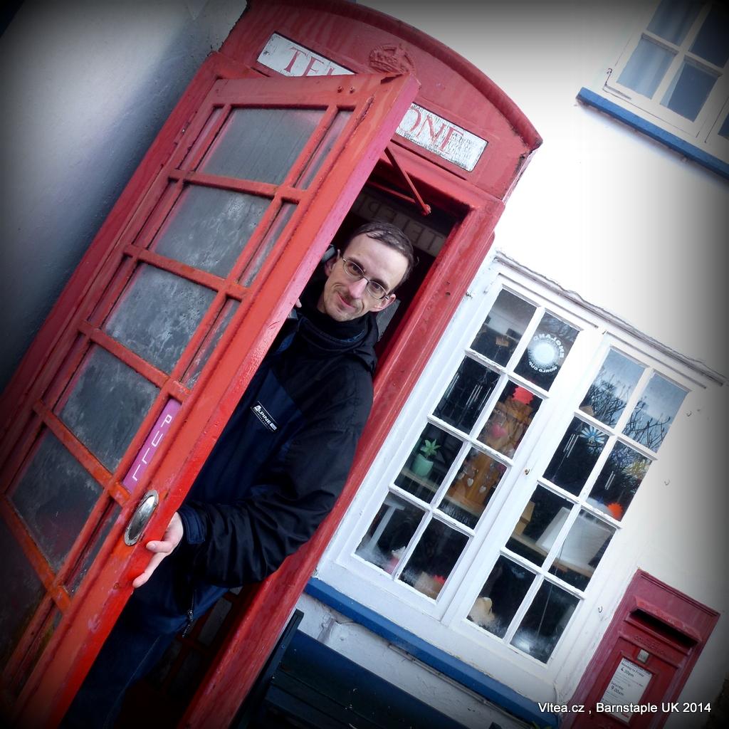 Červená telefonní budka, typická pro Anglii